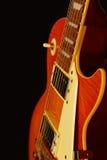 在黑背景的蜂蜜镶有钻石的旭日形首饰的葡萄酒电岩石吉他特写镜头 浅深度的域 库存图片