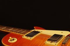 在黑背景的蜂蜜镶有钻石的旭日形首饰的葡萄酒电爵士乐吉他特写镜头,与大量拷贝空间 选择聚焦 库存图片