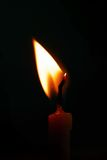 在黑背景的蜡烛光 免版税库存图片