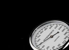 在黑背景的血压计 免版税库存图片