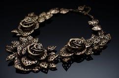 在黑背景的豪华时尚珍珠耳环 免版税库存照片