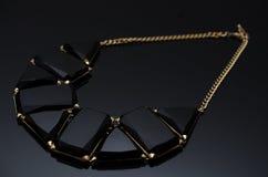 在黑背景的豪华时尚珍珠耳环 图库摄影