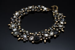 在黑背景的豪华时尚珍珠耳环 库存图片