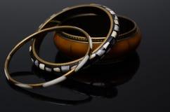 在黑背景的豪华时尚珍珠耳环 免版税图库摄影