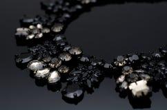 在黑背景的豪华时尚项链 免版税库存照片