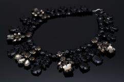 在黑背景的豪华时尚项链 图库摄影
