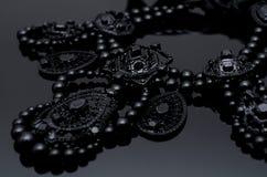 在黑背景的豪华时尚项链 库存照片