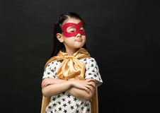 在黑背景的超级英雄孩子 免版税库存照片