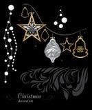 在黑背景的金黄和银色圣诞节装饰 免版税库存照片