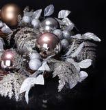 在黑背景的银色圣诞节装饰。发光的假日 免版税库存图片