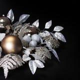 在黑背景的银色圣诞节装饰。发光的假日 库存图片
