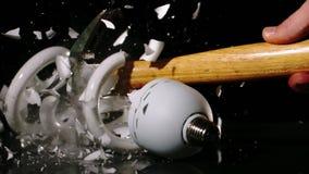 在黑背景的锤子非凡的电灯泡 股票录像
