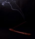 在黑背景的香火和奥秘烟 库存图片