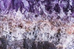 在黑背景的紫色的geode 免版税库存图片