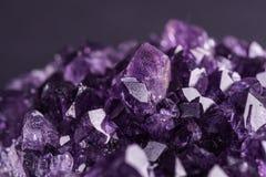 在黑背景的紫色的geode 库存照片