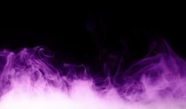 在黑背景的紫色蒸汽 免版税库存图片
