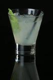 在黑背景的Mojito鸡尾酒 免版税库存图片