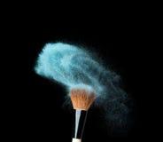 在黑背景的Powderbrush与蓝色粉末 免版税库存照片