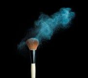在黑背景的Powderbrush与蓝色粉末 库存照片
