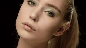 在黑背景隔绝的乌克兰时装模特儿面孔特写镜头 美好的式样女孩构成 深色华美性感 影视素材