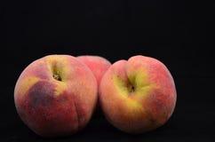 在黑背景隔绝的新鲜的桃子 免版税库存照片