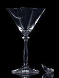 在黑背景隔绝的残破的玻璃马蒂尼鸡尾酒片段 免版税图库摄影