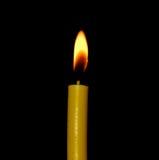 在黑背景隔绝的烛光焰特写镜头 库存照片