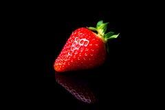 在黑背景隔绝的草莓 库存照片