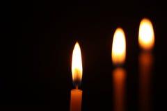 在黑背景隔绝的蜡烛光 库存照片