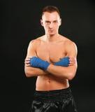 在黑背景隔绝的年轻拳击手人 图库摄影