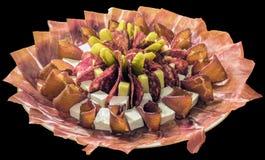 在黑背景隔绝的满盘被装饰的开胃菜美味盘 免版税库存图片