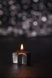 在黑背景,垂直的图象的升银色蜡烛 免版税库存图片