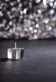 在黑背景,垂直的图象的银色蜡烛 库存图片