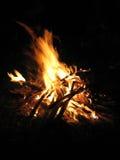 在黑背景,垂直的看法的黄色篝火 晚上 库存照片