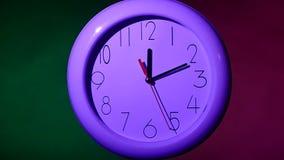 在黑背景,夜的办公室时钟 慢 股票录像