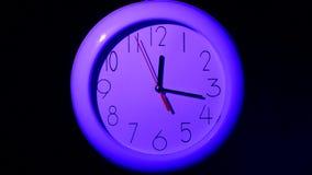 在黑背景,夜的办公室时钟 股票录像