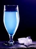 在黑背景16的蓝色鸡尾酒 库存照片