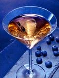 在黑背景15的蓝莓鸡尾酒 免版税库存照片