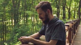 在细胞的男性短信的sms在林务员 股票视频