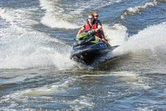 在水自行车的两个人乘驾 免版税库存照片