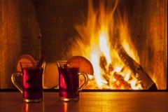 在仅舒适壁炉火光的被仔细考虑的酒 免版税库存照片