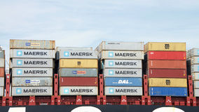 在货船堆积的五颜六色的运输货柜MSC BRUNELLA 免版税库存图片