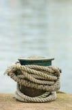 在系船柱附近被打结的船绳索 库存照片