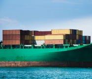 在货船装载的容器 免版税库存图片