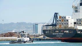 在货船SEASPAN宁波船尾的拖轮Z-FIVE  免版税库存图片