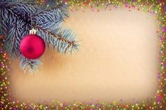 在绿色云杉的分支和光亮的框架的红色圣诞节球 库存图片