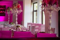 在紫色光的结婚宴会桌 图库摄影