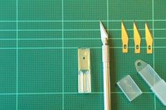 在绿色切板的切削刀 库存照片
