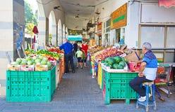 在以色列室外水果和蔬菜市场上的人们 图库摄影