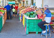 在以色列室外水果和蔬菜市场上的人们 库存图片